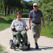 être indépendant avec un fauteuil roulant électrique pliable Eloflex