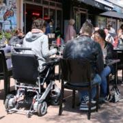 fauteuil roulant électrique pliable Eloflex au restaurant