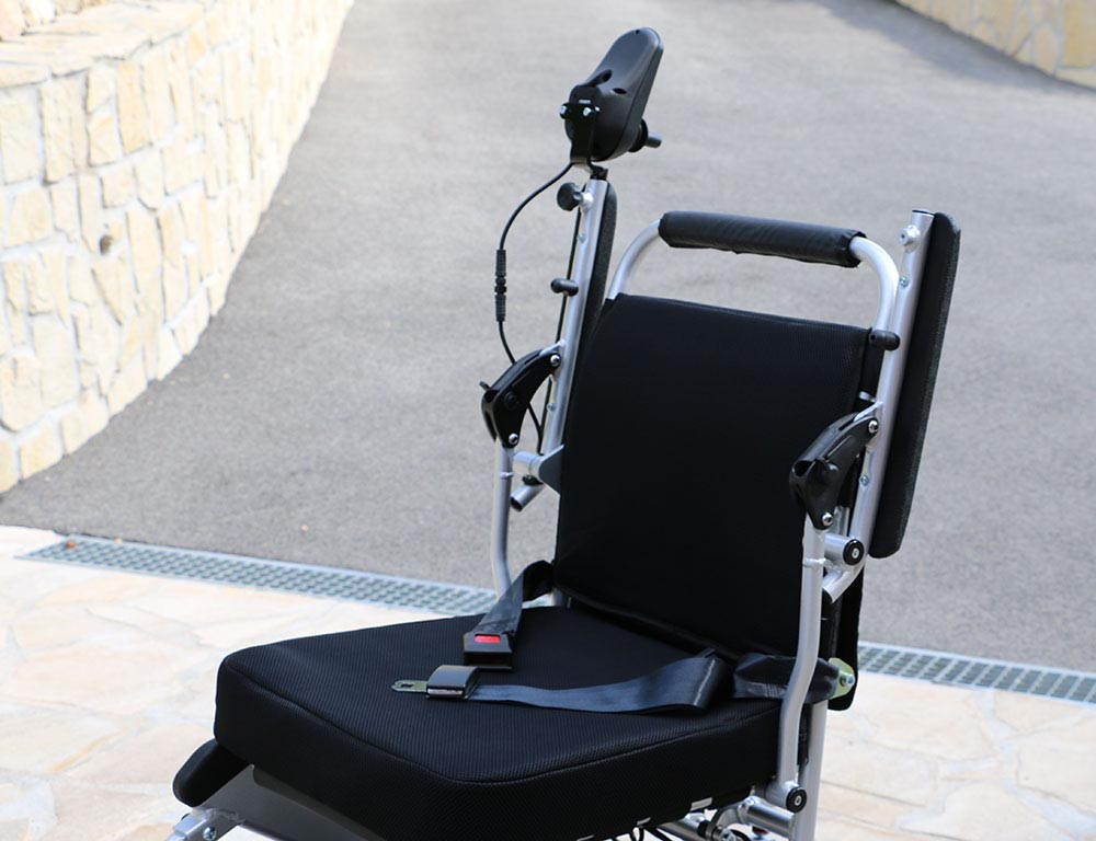 Les accoudoirs se soulèvent pour permettre l'entrée et la sortie de côté du fauteuil