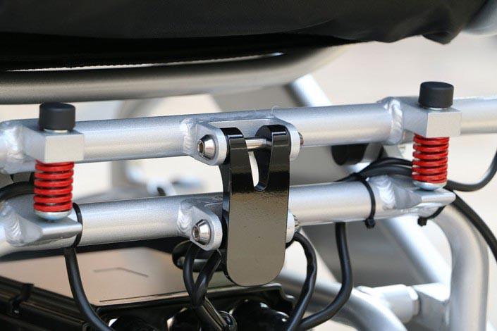 Pour plié ou déplié le fauteuil il faut soulever le crochet de verrouillage