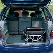 Un Eloflex se charge dans le coffre d'une voiture