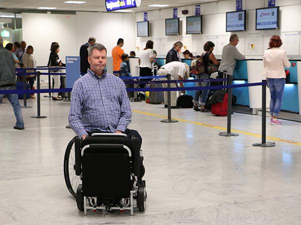 voyager avec un fauteuil roulant électrique pliable et compact Eloflex